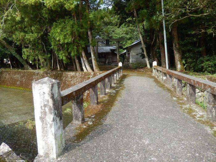 松尾神社へ渡る「橋」